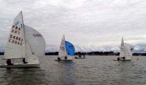 Soixante-dix bateaux sous un ciel de plomb et un vent défaillant.